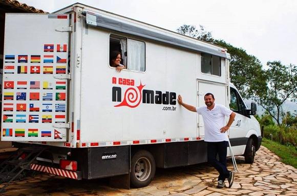 Renato com o braço direito apoiado sobre o motorhome e Glória, do lado de dentro, com o rosto na janela Blog Vem Por Aqui