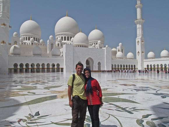 Casal em frente a um palácio todo branco Blog Vem Por Aqui