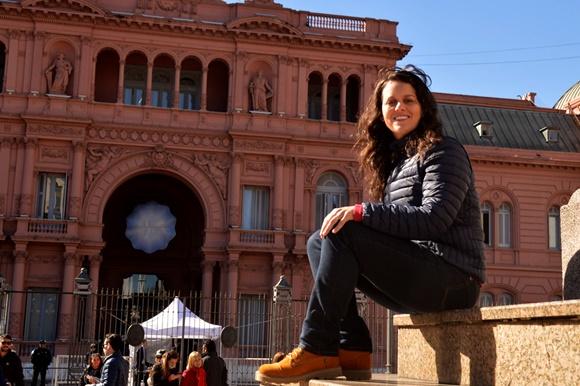 Glória diante da Casa Rosada em Buenos Aires com casaco de frio e bota Blog Vem Por Aqui