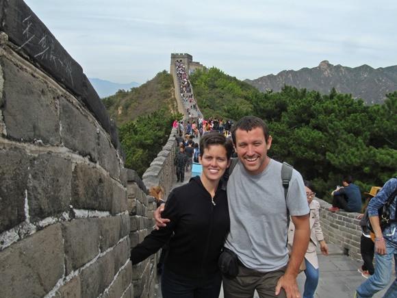 Casal na Grande Muralha da China com multidão de turistas ao fundo Blog Vem Por Aqui