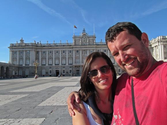 Casal abraçado em Madri, em frente ao Palácio Real