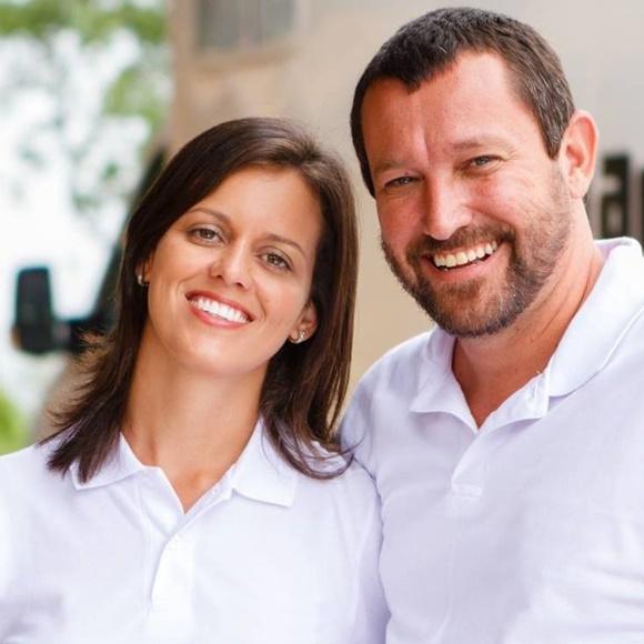 Glória e Renato, lado a lado, sorrindo Blog Vem Por Aqui