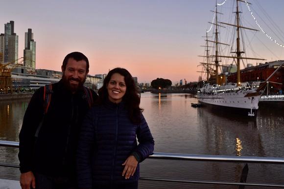 Casal em frente em uma ponte de Puerto Madero, em frente ao rio Blog Vem Por Aqui
