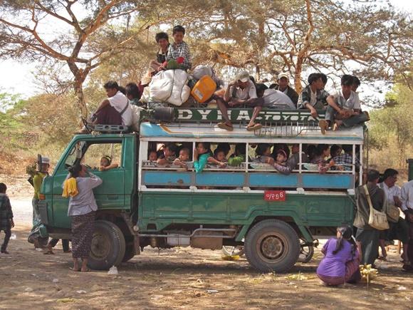 Ônibus improvisado em caminhão, lotado, com sentadas em cima Blog Vem Por Aqui