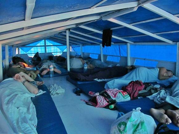Pessoas dormindo no convés nos colchonetes Blog Vem Por Aqui