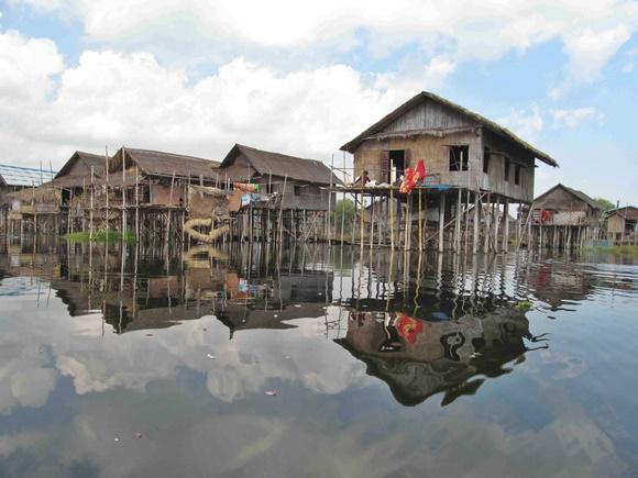 Casas suspensas em palafitas na beira do lago Blog Vem Por Aqui
