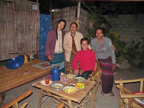 Três mulheres da família em pé atrás de Glória que está sentada na cadeira Blog Vem Por Aqui