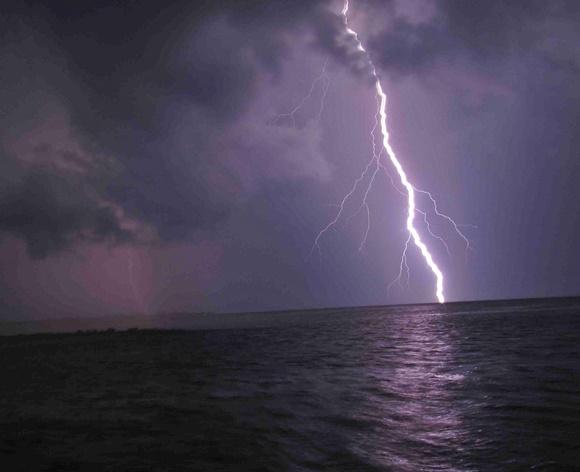 Relâmpago caindo no meio do mar Blog Vem Por Aqui