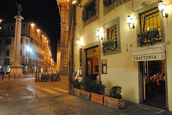 Fachada do restaurante com um toldinho onde está escrito Trattoria Blog Vem Por Aqui