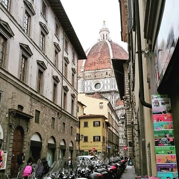 Duomo visto de frente da janela lateral do apartamento Blog Vem Por Aqui