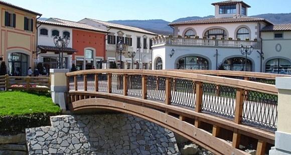 Ponte que há no meio do Barberino e prédios do outlet atrás Blog Vem Por Aqui