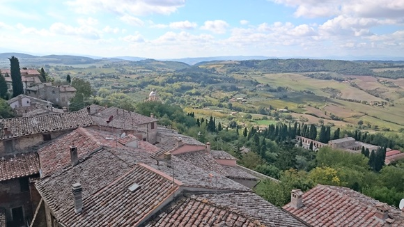 Vista dos telhados das casas e, ao fundo, os campos Blog Vem Por Aqui