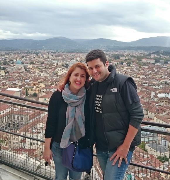 Erika e Mateus no topo da torre de Pisa Blog Vem Por Aqui