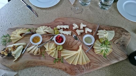 Tábua de madeira com queijos, mel e geleia Blog Vem Por Aqui