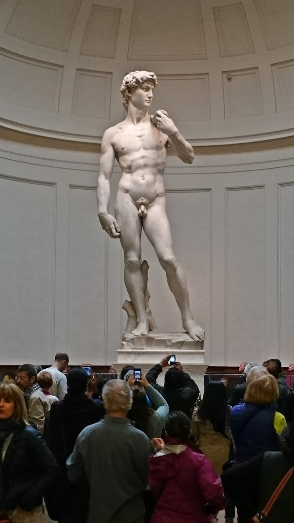 Estátua do Davi com pessoas fotografando abaixo Blog Vem Por Aqui