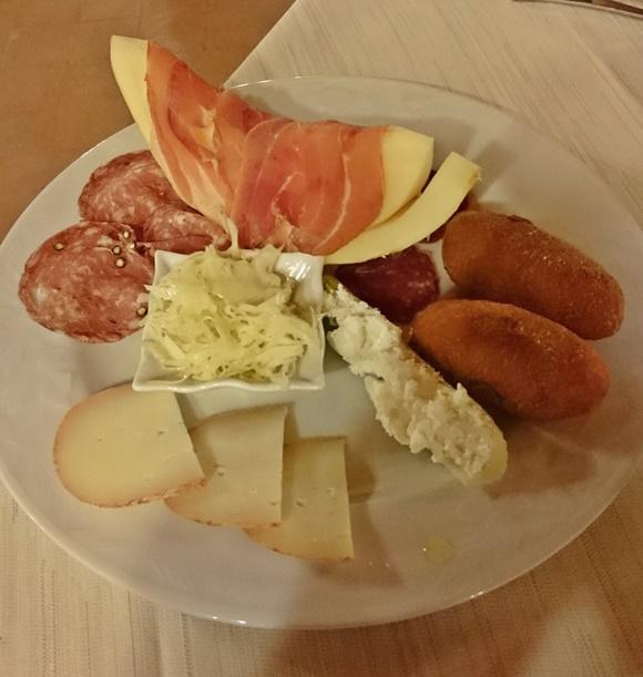 Prato com frios, queijos e bolinhos Blog Vem Por Aqui