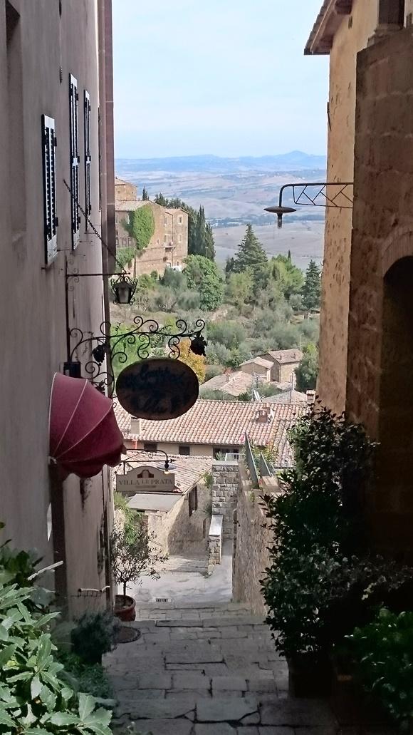 Escada com vista para os campos da cidade e telhados de casas Blog Vem Por Aqui
