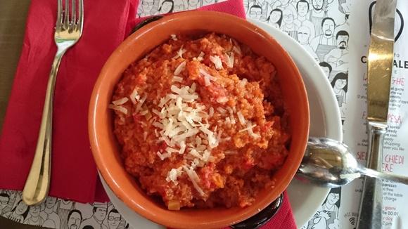 Tigela com sopa grossa vermelha com queijo ralado por cima Blog Vem Por Aqui