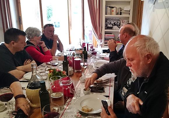 Mesa com americanos sentados de frente uns para os outros Blog Vem Por Aqui