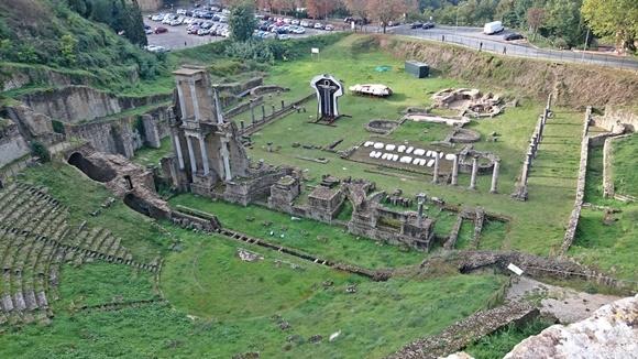 Sítio arqueológico diante do anfiteatro Blog Vem Por Aqui