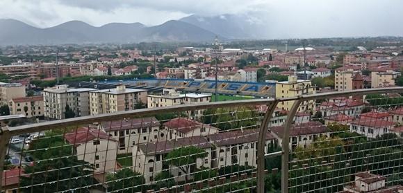 Vista da torre com estádio escrito Pisa abaixo Blog Vem Por Aqui