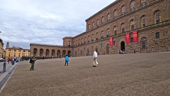 Lateral do Palazzo com pessoas caminhando Blog Vem Por Aqui