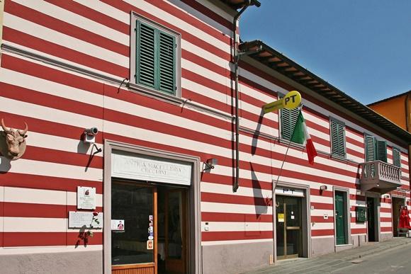 Prédio da Macellaria pintado com listras horizontais vermelhas e brancas Blog Vem Por Aqui
