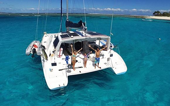Família na parte de trás do barco de braços abertos, em foto tirada do alto Blog Vem Por Aqui