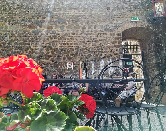 Mesa da enoteca com taças de vinho Blog Vem Por Aqui