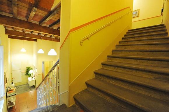 Escadaria de hotel em Lucca Blog Vem Por Aqui
