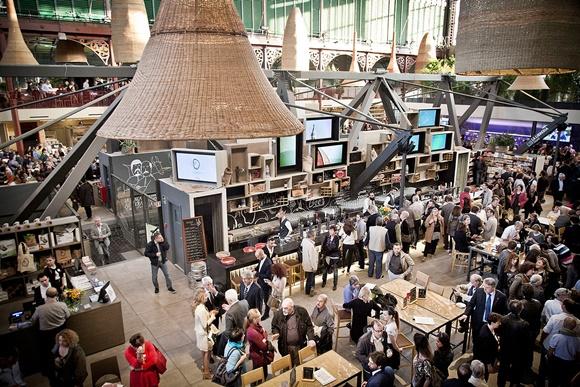Vista do alto do mercado com várias pessoas embaixo diante das barracas Blog Vem Por Aqui