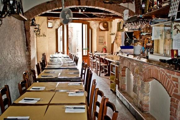 Salão do restaurante com mesas quase coladas com papel como jogo americano e talheres em cima Blog Vem Por Aqui
