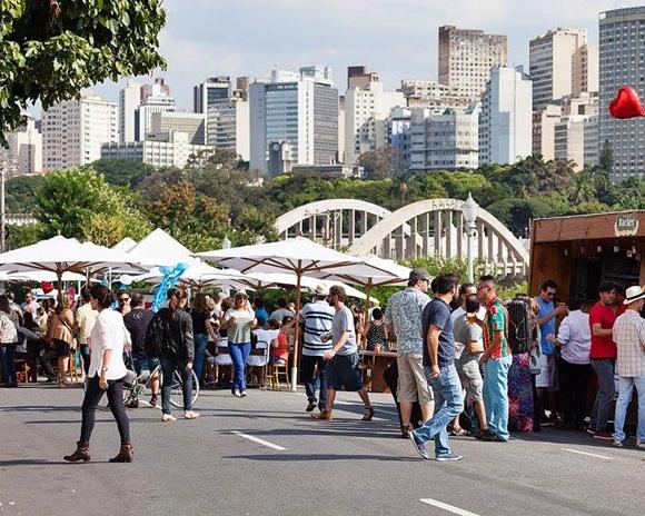 Pessoas andando na rua Sapucaí Blog Vem Por Aqui
