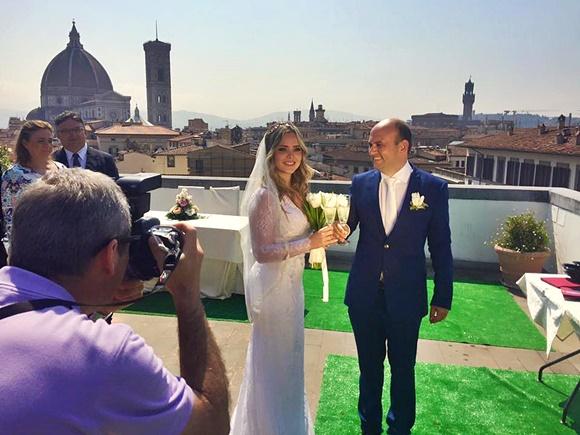 Casal tirando foto em terraço em frente ao Duomo Blog Vem Por Aqui