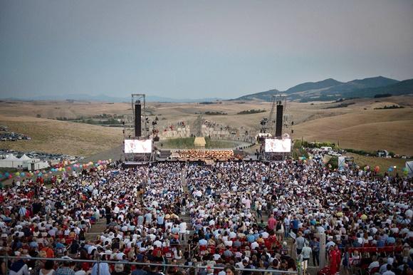 Teatro visto de cima com multidão em frente ao palco Blog Vem Por Aqui