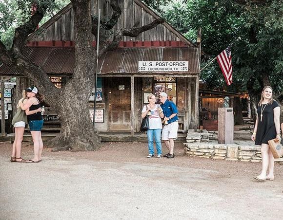 Pessoas passando em frente ao saloon Blog Vem Por Aqui