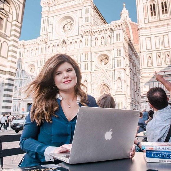 Deise no computador, num café no centro histórico de Florença Blog Vem Por Aqui