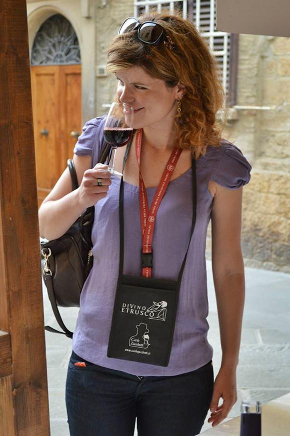 Deyse cheirando um copo de vinho Blog Vem Por Aqui