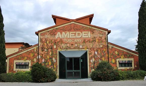 Fachada da fábrica com o nome escrito grande abaixo do telhado, e pintura de cacaus nas paredes Blog Vem Por Aqui