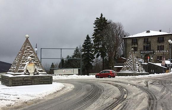 Duas construções em forma de pirâmide ao lado de uma estrada nevada Blog Vem Por Aqui