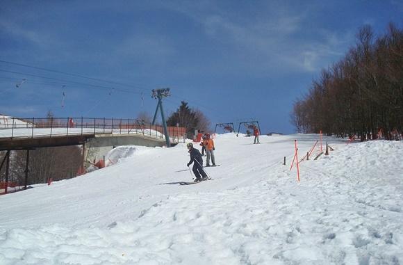 Pessoas esquiando na pista Blog Vem Por Aqui