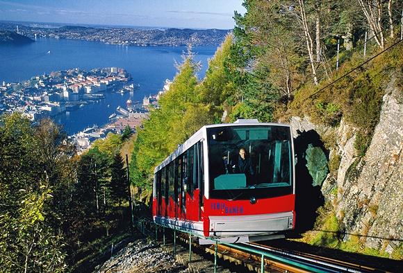 Funicular subindo a trilha no meio de uma montanha Blog Vem Por Aqui