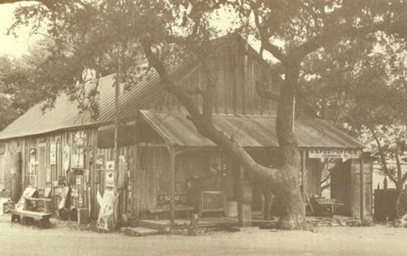 Casarão de madeira com árvore na frente Blog Vem Por Aqui