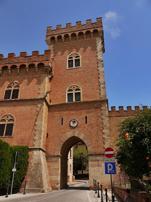 Castelo com torre e pórtico abaixo dessa torre Blog Vem Por Aqui
