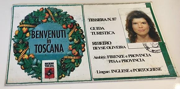 Carteira de guia da Deyse com símbolo da região da Toscana e dados e fotos de Deyse à direita Blog Vem Por Aqui