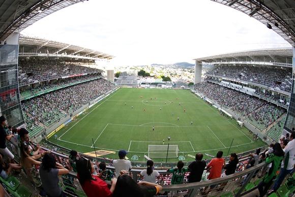 Foto da Arena Independência vista de uma das pontas do estádio com arquibancadas de cada lado do campo Blog Vem Por Aqui