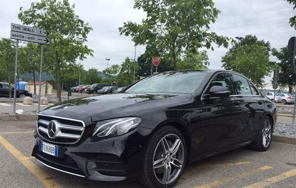 Mercedes Classe E preto parado Blog Vem Por Aqui