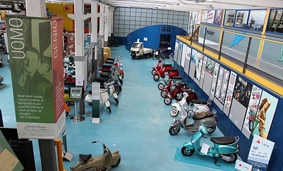 Vista de cima de um dos cômodos do museu com vespas lado a lado Blog Vem Por Aqui