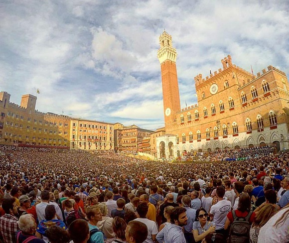Praça lotada no Palio de Siena Blog Vem por Aqui
