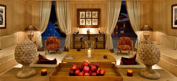 Sala com móveis chiques com cortinas grandes semiabertas na janela Blog Vem Por Aqui
